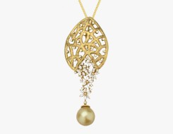 Pearl pendant in textured gold